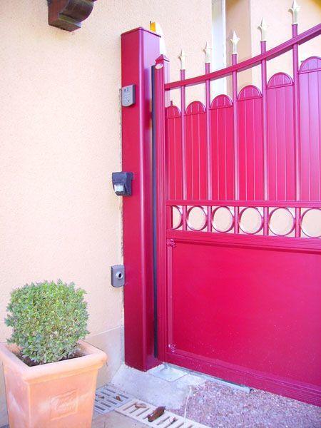portillon et portail électrique rouge bordeau