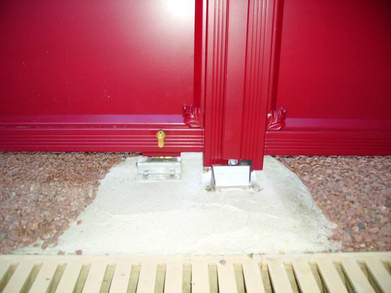 détail portail rouge - menuiserie cholet