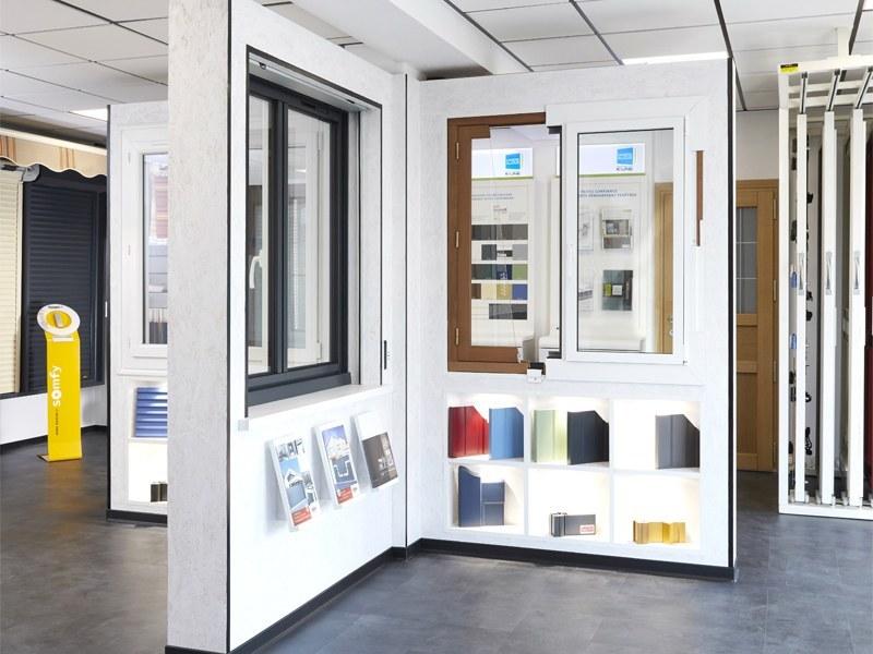 exposition de Fenêtres alu, bois, PVC dans le showroom
