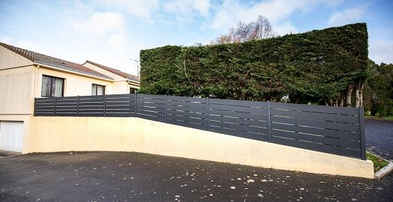 pose de clôture grise 49