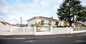 ensemble portail et clôture blanc