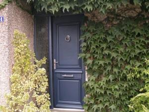 pose de menuiserie porte d'entrée bleu avec fenêtres