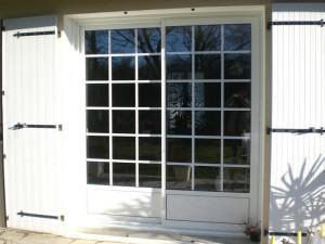 menuiserie porte fenêtres blanche avec carreaux