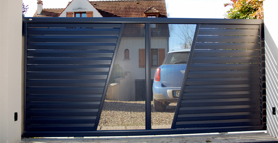 Portail bleu avec transparence - portail motorisé