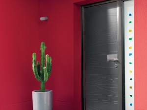 Menuiserie - vue exterieure Porte d'entrée grise antracite en granit alu avec design lignes et vitrage