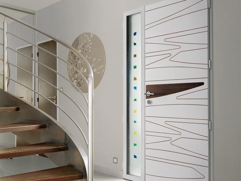 Menuiserie - vue intérieure Porte d'entrée en granit alu avec design lignes et vitrage