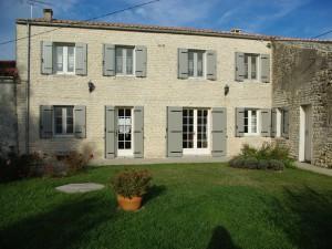 Volet battant gris clair pour porte fenêtre et fenêtre - rénovation maison