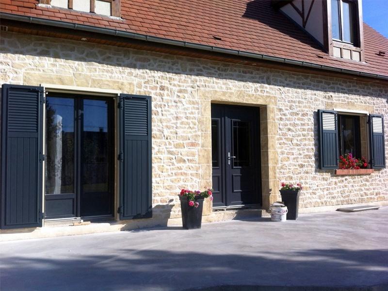 Volet battant menuiseries mixtes porte fenêtre et fenêtres