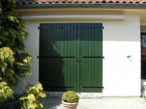 volets battants vert foncés pour porte fenêtre