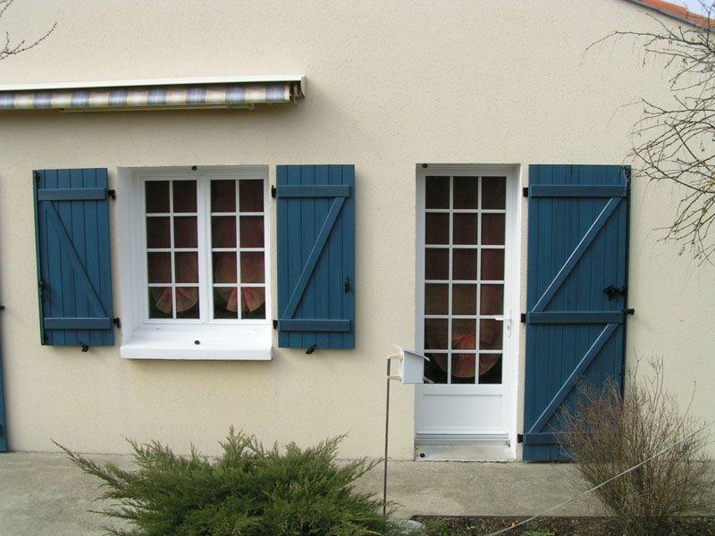 volets battants bleus foncés pour porte et fenêtres