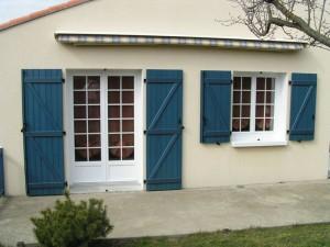 porte baie et fenêtre avec volets battants bleus