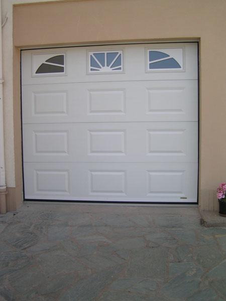 portail blanc coulissant avec fenêtres