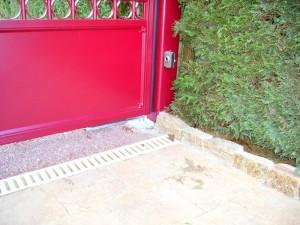 détail du portail rouge bordeau - portail électrique