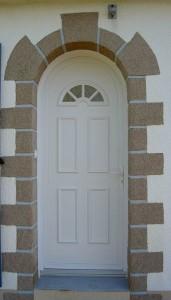porte PVC blanche avec arrondi et fenêtres