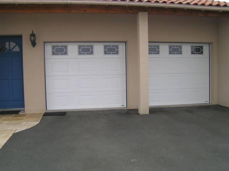 pose de portail double blanc avec fenêtres