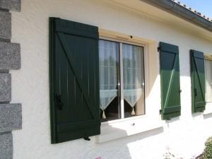volets verts foncés battants pour fenêtre- pose de menuiserie près de cholet
