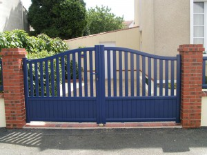 portail en alu bleu- aménagement extérieur