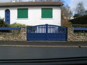 portail aluminium bleu avec barrière - pose menuisier cholet