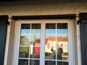 Fenêtre PVC avec volets battants gris foncés