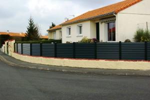 chantier pose de cloture extérieure plastique foncé