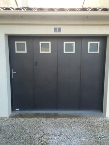Porte de garage porte battante avec hublots carrés