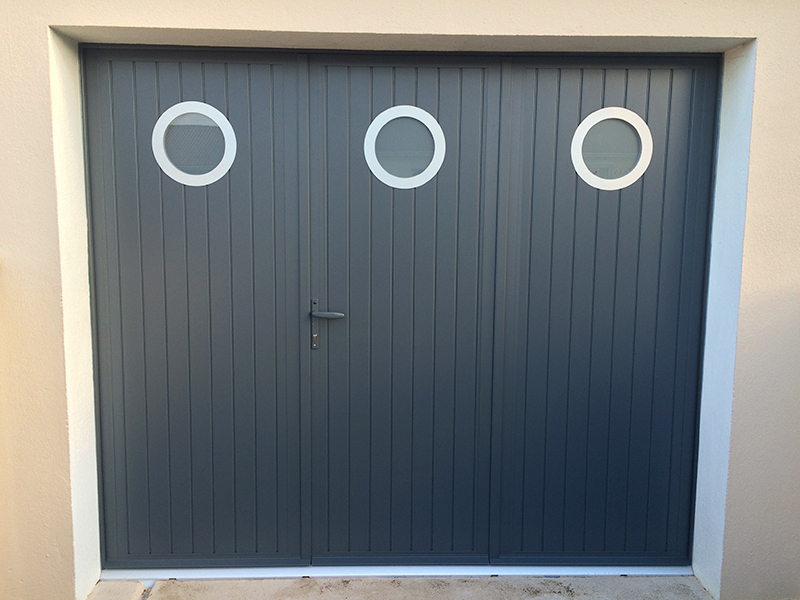 Porte de garage porte battante gris avec hublot