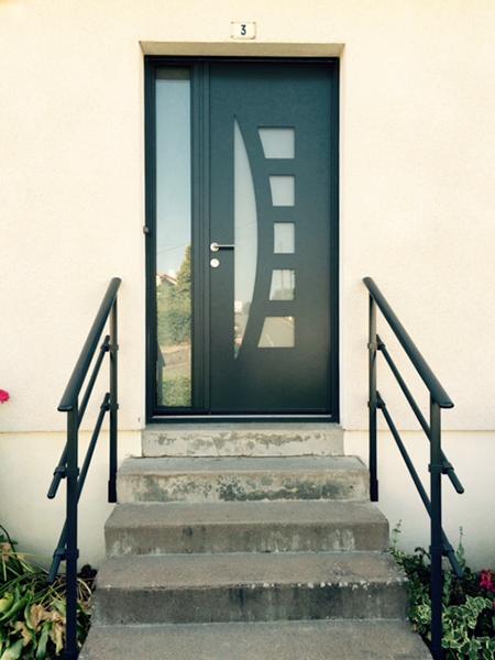 porte d'entrée en alu vert foncé avec fenêtre carreaux translucides